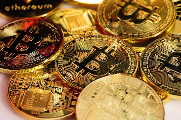 Close-up tiro de moedas bitcoins isoladas no fundo da placa-mãe. moeda criptográfica, bitcoin. btc, bit coin. tecnologia blockchain, mineração de bitcoins.