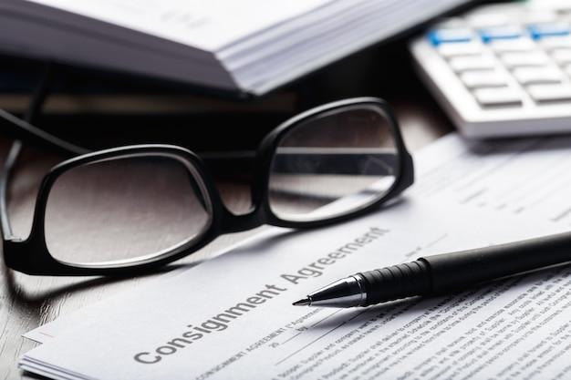Close-up tiro de óculos no conceito de negócio de documentos de documento de contrato