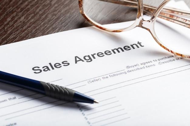 Close-up tiro de óculos no conceito de negócio de documentos de documentos de contrato