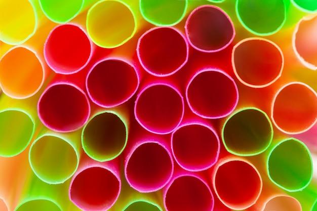 Close-up tiro de palhas coloridas