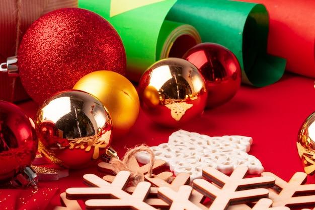 Close-up tiro de papel de embrulho e itens para decoração de natal