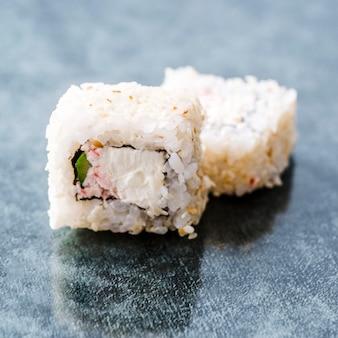 Close-up tiro de rolos de sushi