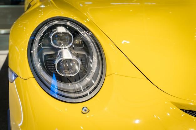 Close-up tiro de um farol de carro moderno