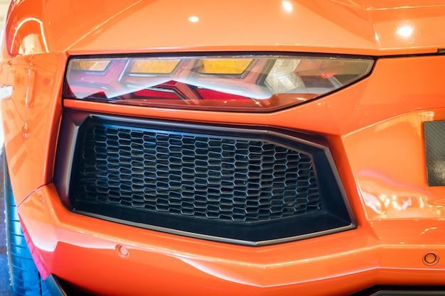 Close-up tiro de uma lanterna do carro moderno