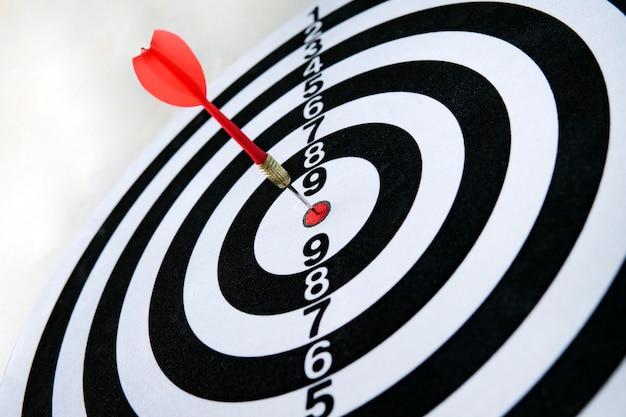 Close-up tiro de uma placa de dardos. seta de dardos errar o alvo em um jogo de dardos durante o jogo. dardos amarelos.