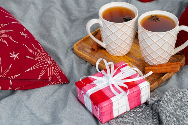 Close-up tiro de uma xícaras de chá na placa de madeira no interior de natal