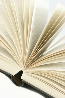 Close-up tiro de virando páginas do livro