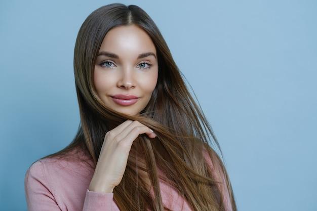 Close-up tiro do modelo feminino atraente mostra sua sensualidade e características femininas