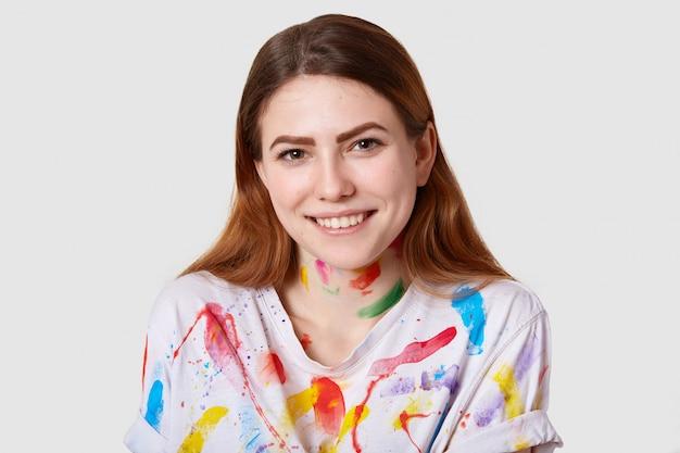 Close-up tiro do pintor talentoso sorridente feliz tem cabelo liso escuro