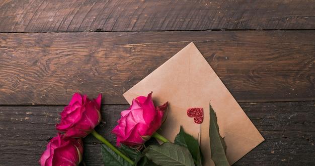 Close up, tiro macro. uma flor de rosa rosa. fundo de rosas naturais brilhantes para o dia dos namorados