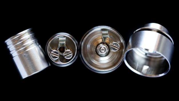 Close-up, tiro macro, vista superior da única micro bobina no atomizador de gotejamento rebuildable de ponta