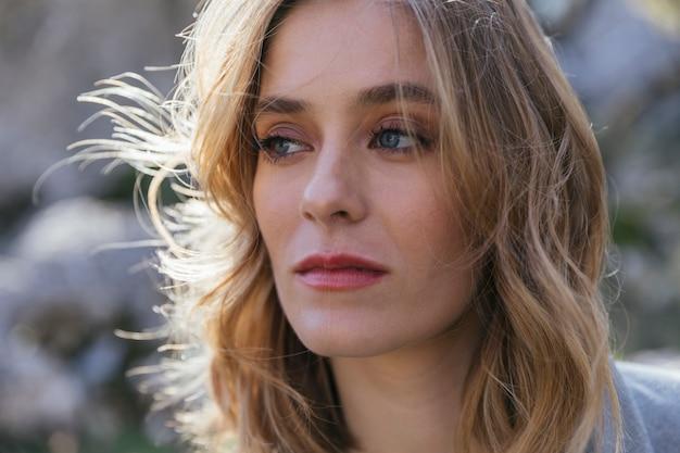 Close-up tiro mulher séria olhando de soslaio