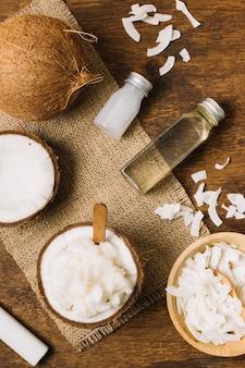 Close-up tiro óleo de coco com pedaços de coco