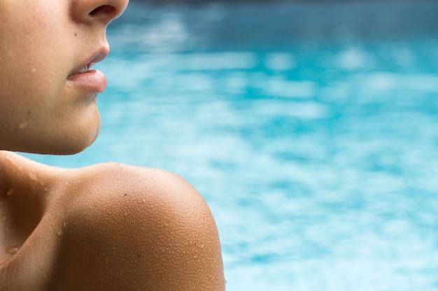 Close-up tiro sexy mulher protrait na piscina.