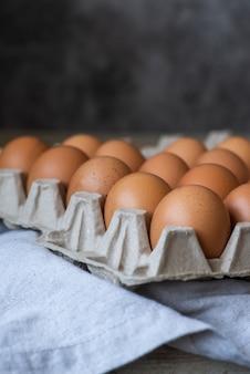 Close-up tiro uma dúzia de ovos