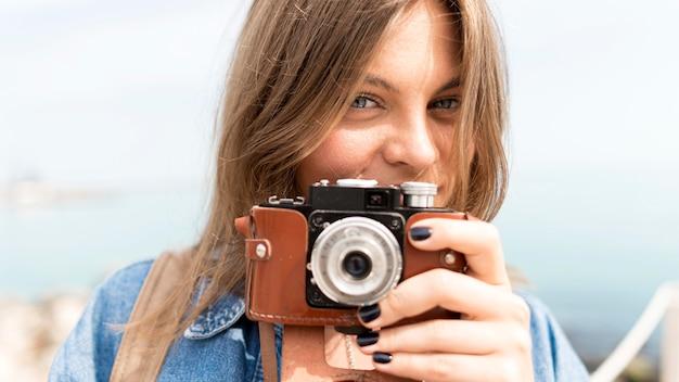 Close-up turista tirando fotos