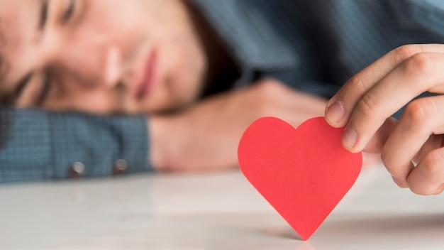Close-up turva homem segurando coração