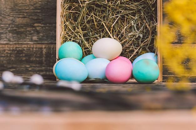 Close-up, um monte de ovos com feno no contexto de uma placa vintage.