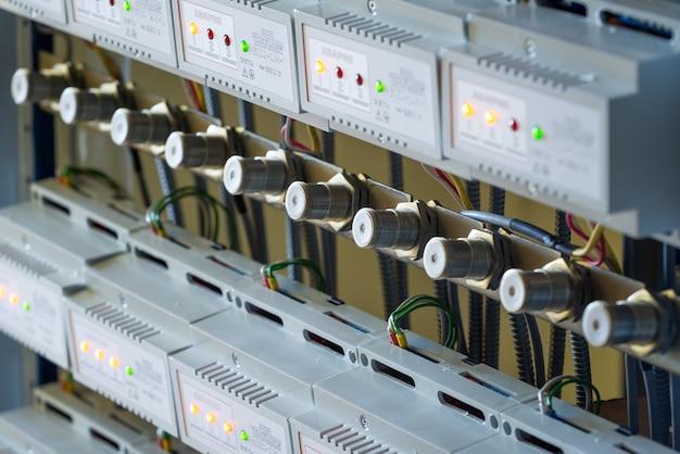 Close-up uma série de suportes de metal e fios pendurados conectados uns aos outros na produção de equipamentos militares sofisticados. conceito de manufatura industrial