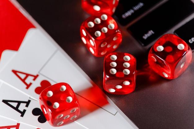 Close up vermelho jogando dados