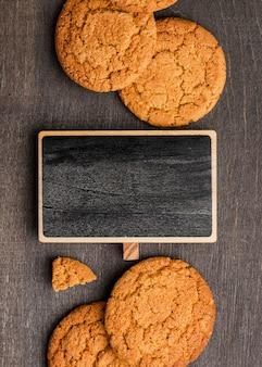 Close-up verticais deliciosos biscoitos e lousa