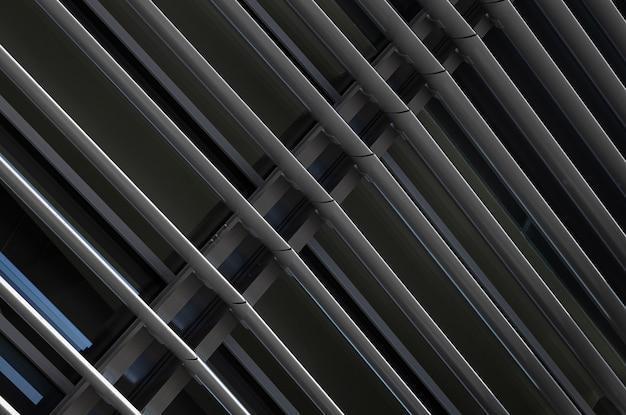 Close-up vista angular da estrutura de vigas de metal cinza escuro no fragmento do edifício