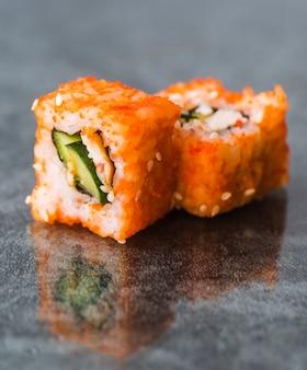 Close-up vista arranjado rolos de sushi