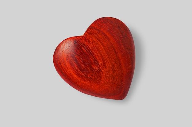 Close-up vista coração de madeira brilhante isolado no fundo branco. adicionado espaço de cópia para texto.