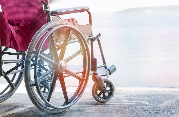 Close-up vista da cadeira de rodas vazia com símbolo de deficiência de pavimento