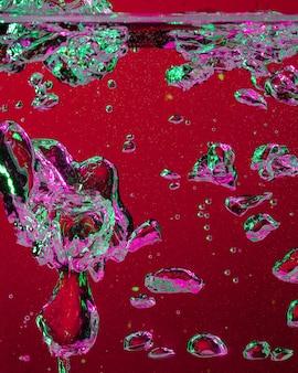 Close-up vista da coca-cola fria e fresca com bolhas brilhantes em luz de néon