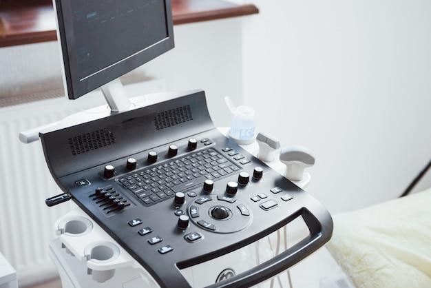 Close-up vista da mesa de controle do dispositivo de ultra-som na clínica.
