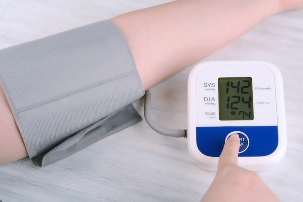 Close-up vista da pessoa medir sua pressão arterial