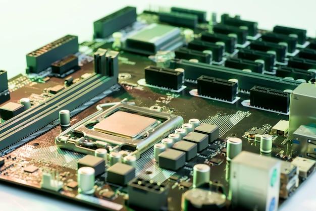 Close-up vista da placa-mãe do computador com processador, memória e slots pci