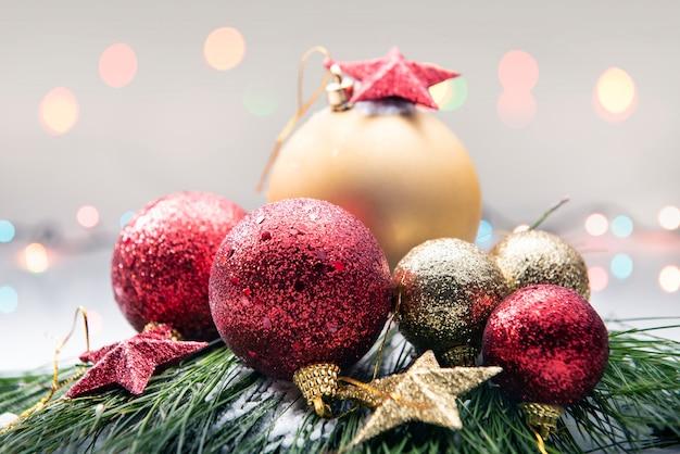Close-up vista de bolas de natal coloridas