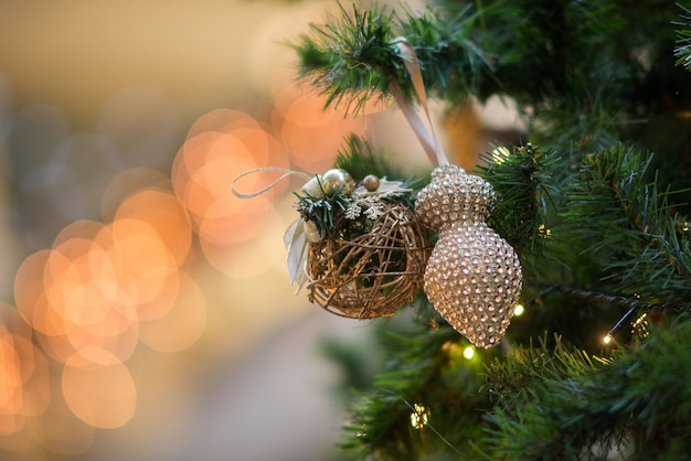 Close-up vista de brinquedos decorativos na árvore de natal