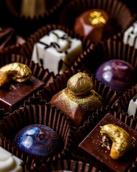 Close-up vista de chocolate praliné em uma caixa