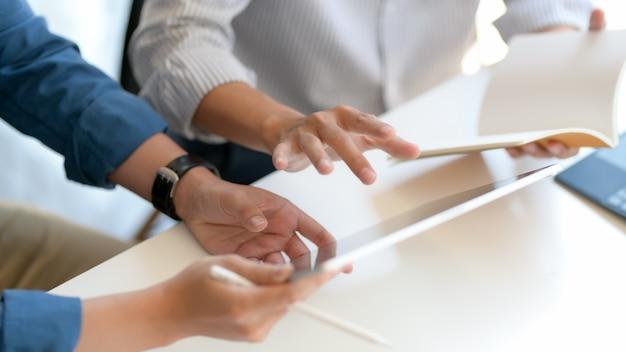 Close-up vista de dois empresários consultoria sobre seu trabalho na mesa branca