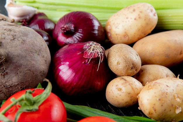 Close-up vista de legumes como tomate de batata beterraba cebola e outros