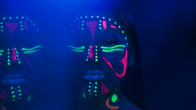 Close-up vista de mulher com maquiagem fluorescente