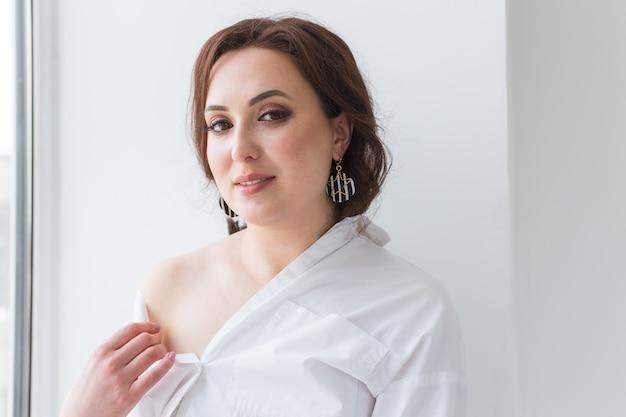 Close-up vista de mulher vestindo uma joia, bijuteria e acessórios.
