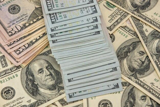 Close-up vista de nós notas de dinheiro como pano de fundo. conceito de negócios. notas de cem dólares.
