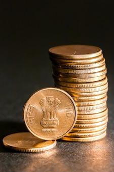Close-up vista de novas moedas indianas.