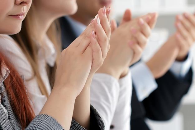 Close-up vista de ouvintes de seminário de negócios batendo palmas. educação profissional, reunião de negócios, apresentação ou conceito de coaching