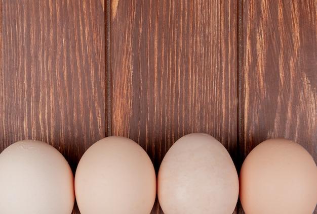 Close-up vista de ovos de galinha fresca em um fundo de madeira com espaço de cópia