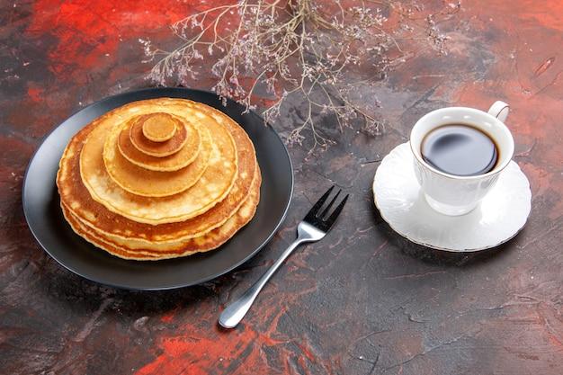Close-up vista de panquecas caseiras com acup de chá