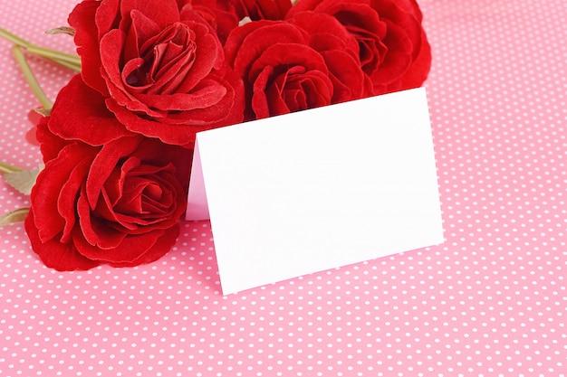 Close-up vista de rosas vermelhas com cartão de dia dos namorados