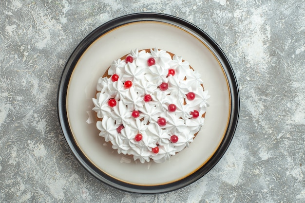 Close-up vista de um delicioso bolo cremoso decorado com frutas no fundo de gelo