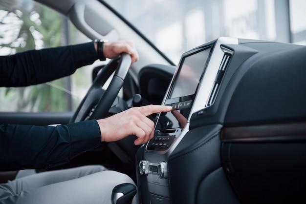 Close-up vista de um jovem dirigindo um carro. inicie uma viagem de negócios. teste um novo automóvel