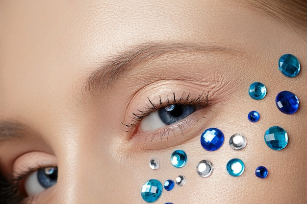 Close-up vista de uma mulher bonita com maquiagem perfeita e moda.