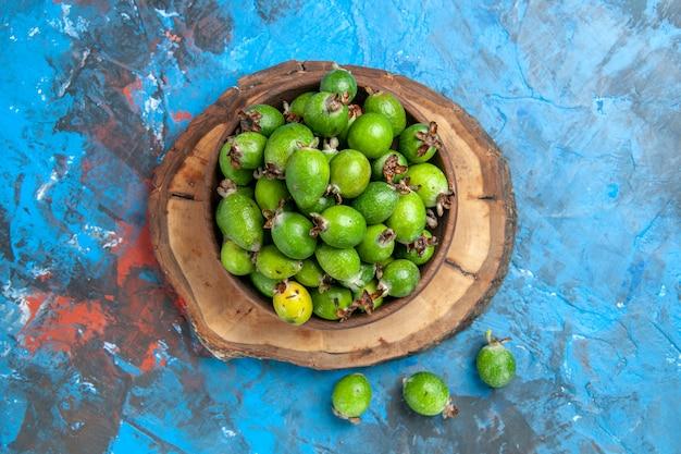 Close-up vista de uma pequena bomba de vitaminas verde feijoas frescas em uma panela marrom